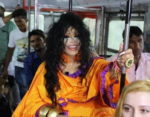 'Dünya Güzellerim' Hindistan'da Otobüste Görüntülendi!..