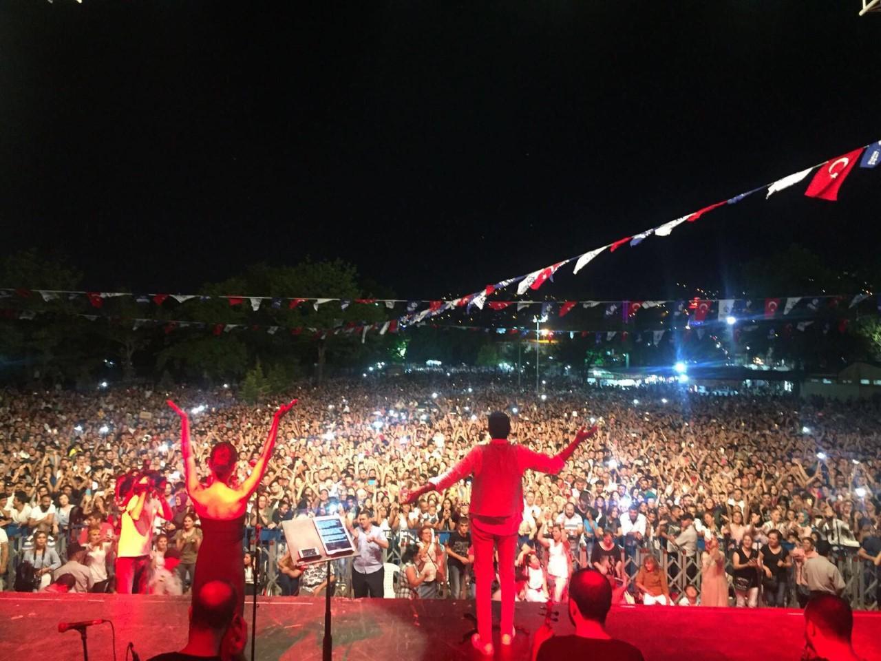 Hakan Altun Şarkılarını 50.000 Kişilik Koroyla Söyledi!..