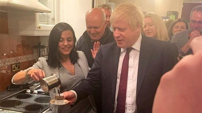 Ünlü Şarkıcı İngiltere Başbakanına Kahve Yaptı